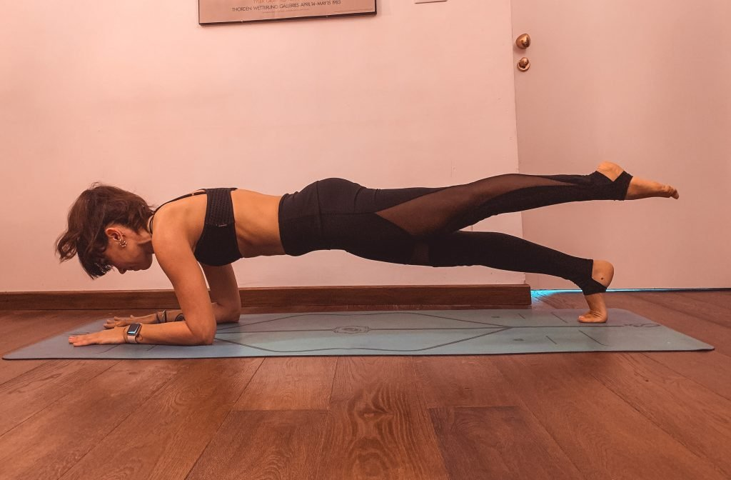 plank sui gomiti a una gamba