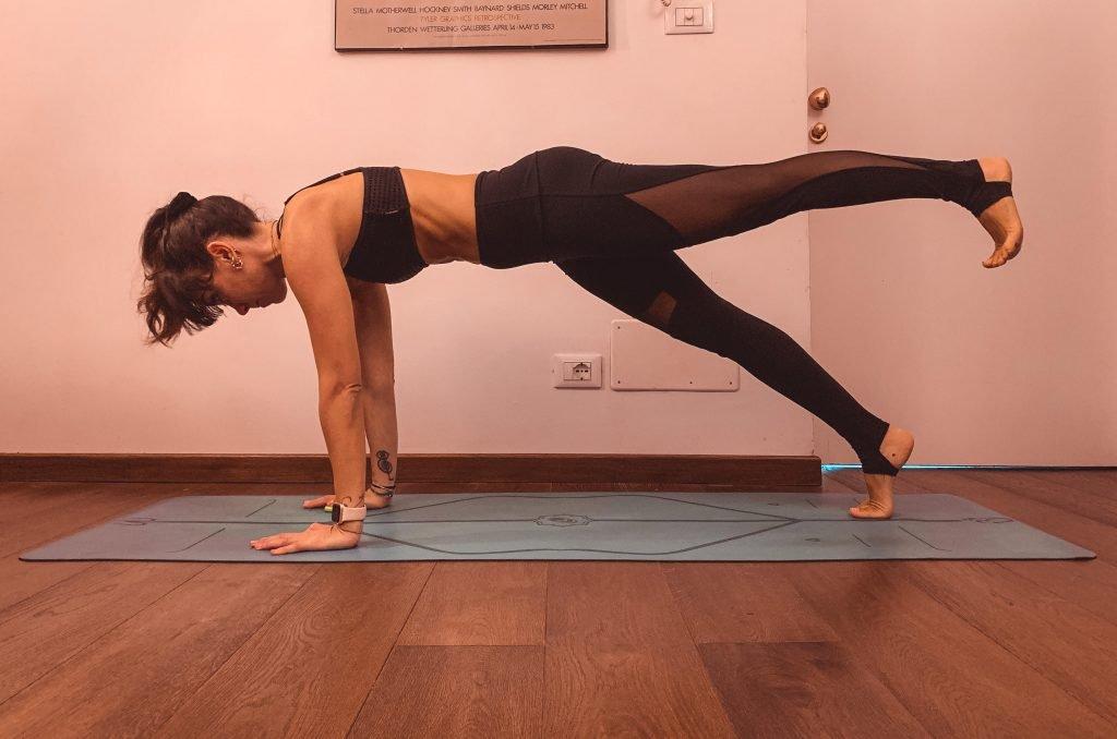 plank sulle mani a una gamba